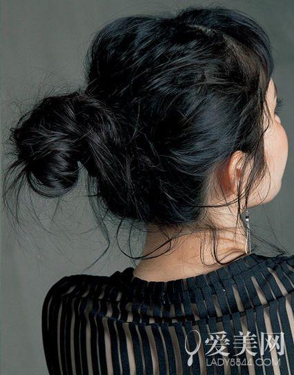 春夏超人气扎发教程     扎发步骤:     step1:用手指将头发一一束拢.
