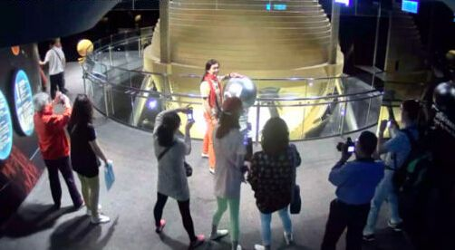 大妈台北旅游遭遇6.3级地震仍淡定拍照。(网络图)