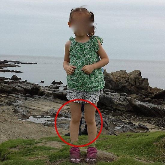 靈異現象?女童墳旁拍照背后現無身大腳(圖)