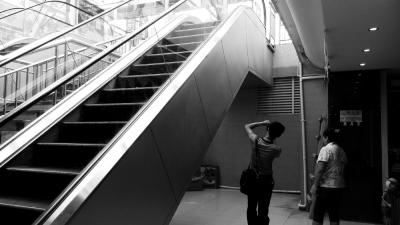商场内乘手扶梯玩耍 8龄童从一楼摔落负一楼