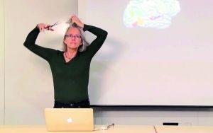 麻省理工女教授剃光头给学生讲大脑结构(图)
