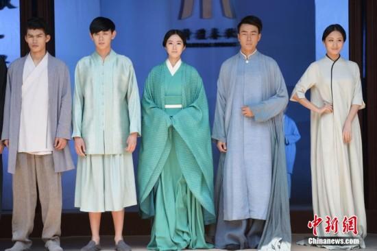 苏州上演时装秀 模特展示汉元素衬衣