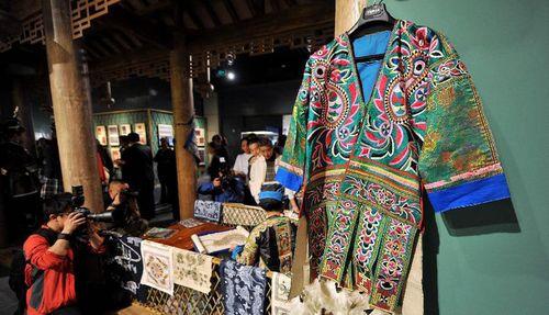 (绚丽多采的少数民族服饰文化)-刘湘萍 富有民族文化性的服装引领图片