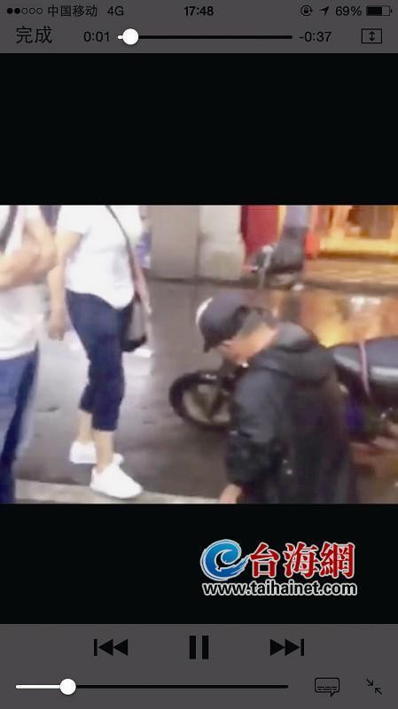 老人撞坏女子手机被逼跪雨水里 遭掴掌辱骂(图)