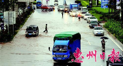 去年5月16日,连场大雨后该路段大面积水浸。