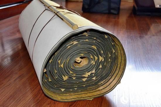 77歲的楊景方老先生裝裱好的書法長卷寬0.9米,總長392米的長卷被分裝成3個卷軸,每個卷軸的厚度都如同幾張厚地毯同時卷起一樣。