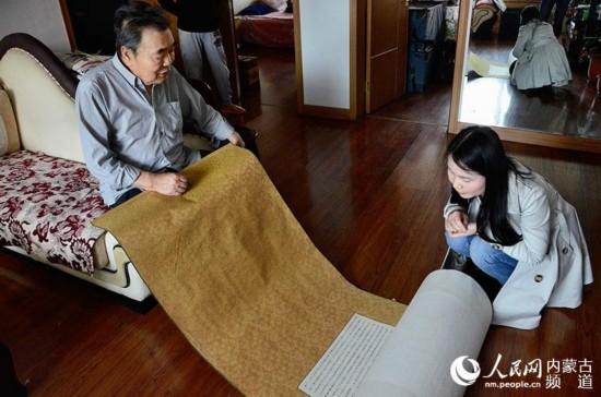 楊景方老先生為記者展示手抄本《紅樓夢》