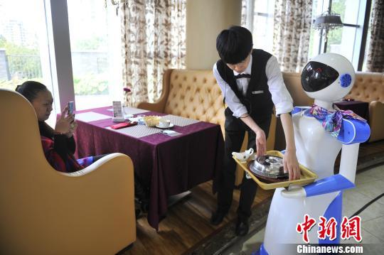 昆明一西餐厅现机器人服务员暂不能代替人力