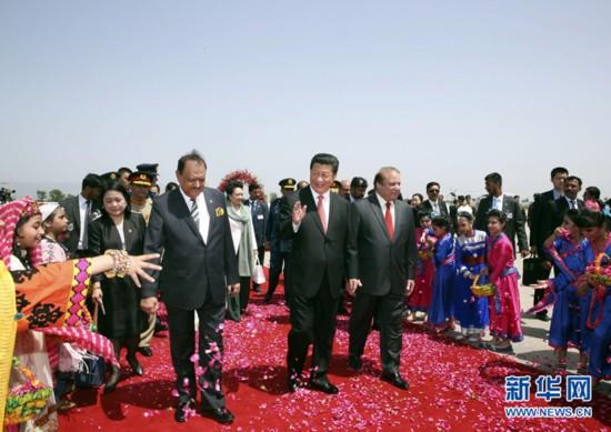 4月20日,国家主席习近平在巴基斯坦首都伊斯兰堡出席巴基斯坦总统侯赛因和总理谢里夫共同举行的欢迎仪式。 新华社记者兰红光摄