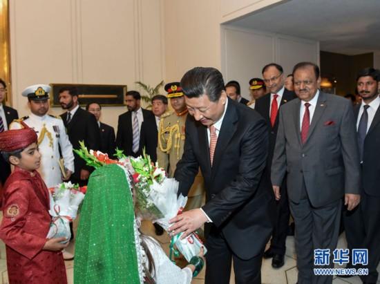 4月21日,国家主席习近平在伊斯兰堡会见巴基斯坦总统侯赛因。这是会谈前巴基斯坦少年儿童向习近平主席献花。 新华社记者 李学仁 摄