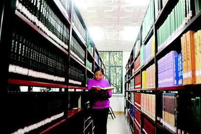 稳居图书馆馆霸的成都理工大学大四管理科学学院的学生黄巧2014年图片