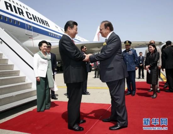 4月20日,国家主席习近平抵达伊斯兰堡,开始对巴基斯坦进行国事访问。这是巴基斯坦总统侯赛因迎接习近平主席和夫人彭丽媛。 新华社记者兰红光 摄