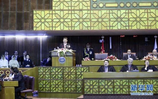 4月21日,国家主席习近平在巴基斯坦议会发表题为《构建中巴命运共同体 开辟合作共赢新征程》的重要演讲。 新华社记者 兰红光 摄