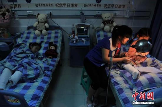重庆6岁双胞胎女孩脚筋被继爷爷砍断