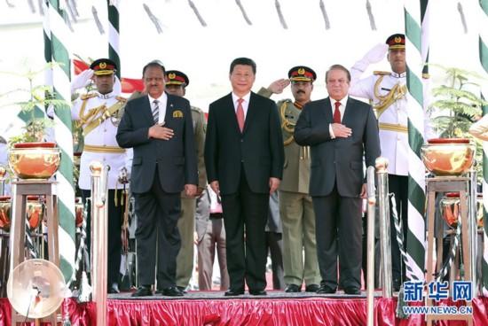 4月20日,国家主席习近平在巴基斯坦首都伊斯兰堡出席巴基斯坦总统侯赛因和总理谢里夫共同举行的欢迎仪式。 新华社记者姚大伟摄