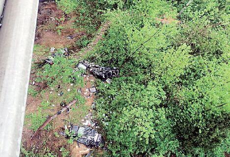 大挂车雨夜失控撞护栏4辆轿车坠桥损失近百万