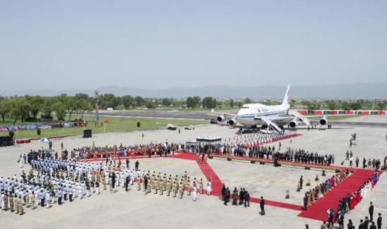 4月20日中午,国家主席习近平抵达伊斯兰堡,开始对巴基斯坦进行国事访问。 新华社记者 王晔 摄