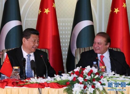 4月20日,国家主席习近平在伊斯兰堡同巴基斯坦总理谢里夫举行会谈后共同会见记者。 新华社记者兰红光摄