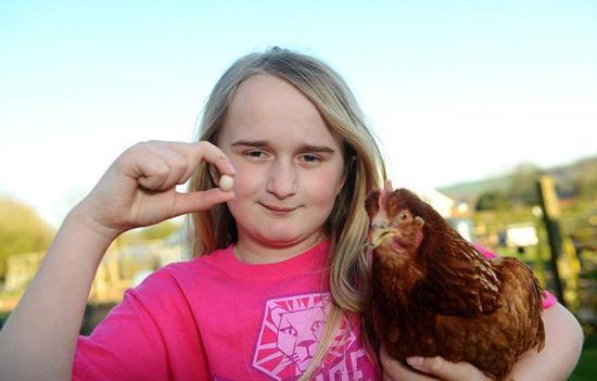 英国女孩海斯以为她的母鸡下了一颗国际上最小的鸡蛋。(网页截图)