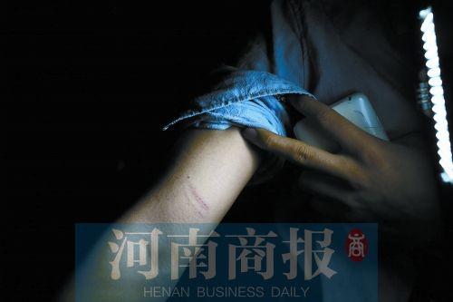 郑州紫荆山公园湖中有人溺亡 记者现场采访遭围攻