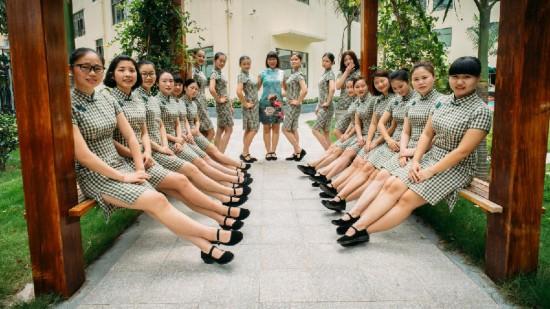 广东幼儿园老师穿旗袍上课 尽显民国范儿[组图]