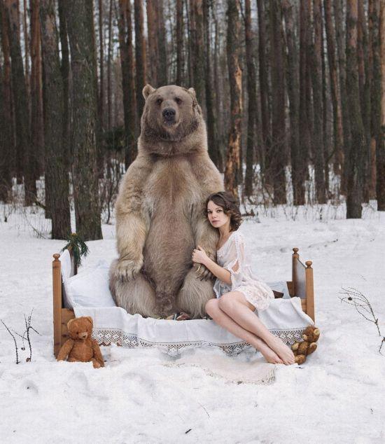 俄摄影师拍摄模特与熊亲密照呼吁反猎