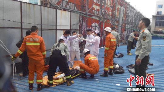 广西桂林市中心一建筑发生一女三男坠落事件(图)