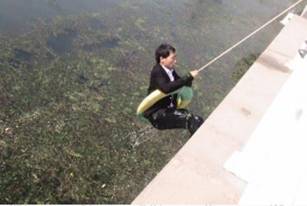 一男子坠入海河众人忙施救他却不上岸(图)
