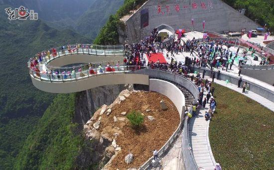 重庆景区设世界最长悬挑玻璃廊桥:伸出悬崖26米