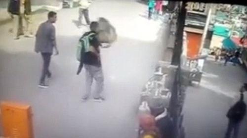 印度一少年向猴子竖中指遭猴子飞脚踹脸(图)