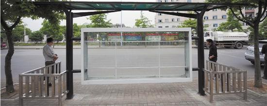 浙江一奇葩公交站乘客需跨栏进入 网友称学刘翔
