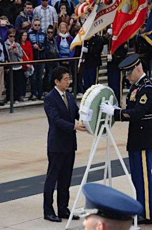 """安倍在美参观大屠杀纪念馆称""""不能忘却悲剧"""""""