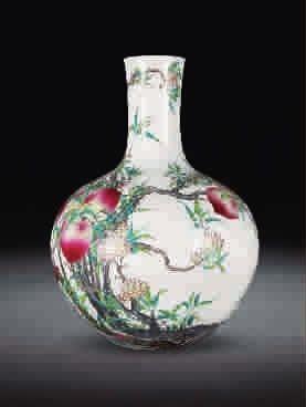 ■ 粉彩九桃纹天球瓶