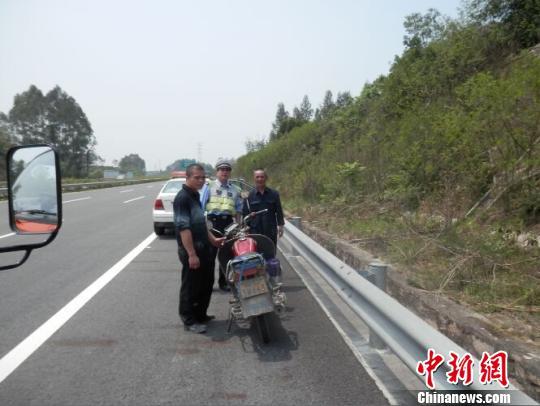 两村民骑摩托上高速兜风被处罚一脸茫然(图)