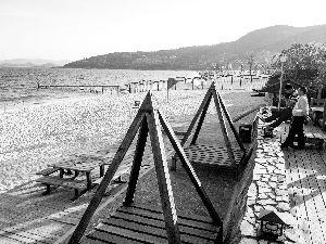 深圳大梅沙湾游艇会私人沙滩。这里占用了公共海滩资源。