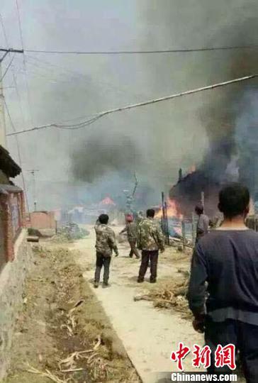 吉林一村庄发生大火十余户村民房屋被烧毁(图)