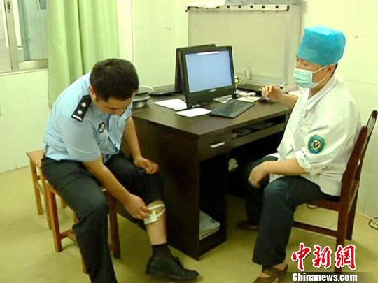 广西残疾男驾驶无牌改装车被查 拒绝整治咬伤民警