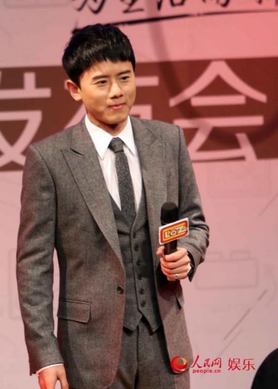 张杰现身北京参加代言发布会 西装革履显成熟