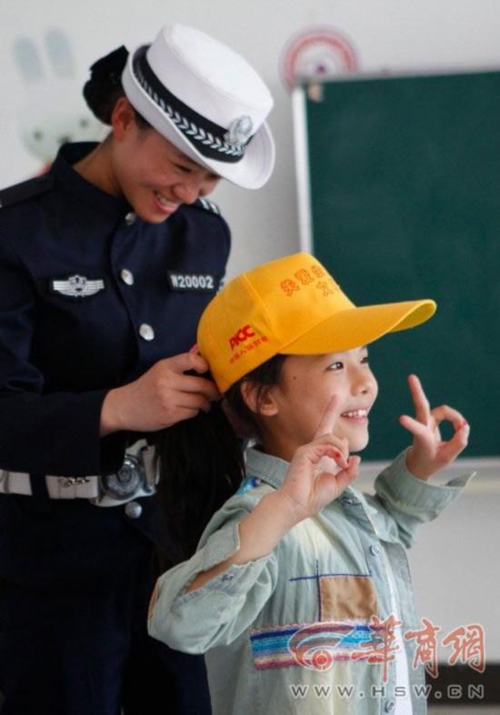 90后女警察-女警花看望福利院儿童 陪孩子们唱歌跳舞