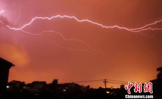 江苏扬州遭狂风暴雨局地下冰雹比鸡蛋大(图)