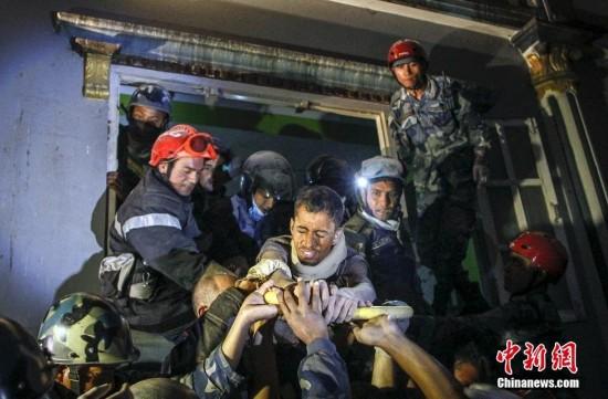 尼泊尔一名20岁男子地震被埋82小时后生还