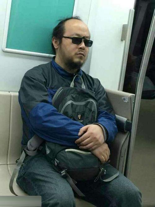 王菲前夫窦唯乘地铁打瞌睡