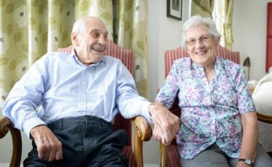 英新婚夫妇年龄相加近200岁破世界纪录
