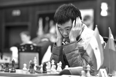 国际象棋世团赛中国男队夺冠卜祥志谢妻子打赌赠衣