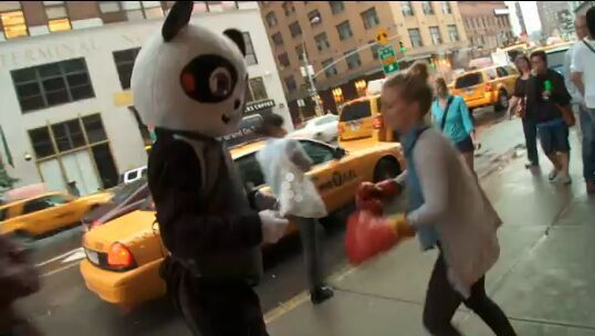美国一艺术家街头身穿熊猫服 求路人揍自己