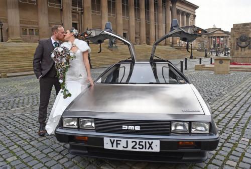 新人用电影中的酷讯跑车作为婚车。