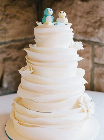 夫妇花重金买到发霉婚礼蛋糕妻子当场情绪失控