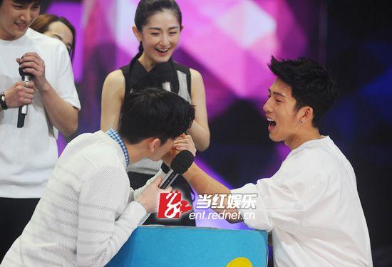 张翰亲吻井柏然手背,让众人尖叫。