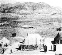 板门店谈判帐篷的原始照片。照片的底部是三间半草房(车马店)的原状。正中是谈判帐篷。左侧白色的小帐篷是我方代表的休息帐篷。