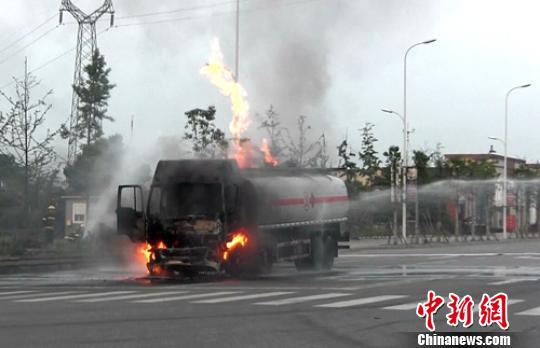 四川眉山载23吨甲缩醛罐车自燃泄漏车上2人受伤